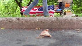 Άποψη ενός άστεγου ύπνου ατόμων στον πάγκο στην οδό απόθεμα βίντεο