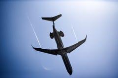 Άποψη ενός αεροπλάνου που πετά πέρα από τον ουρανό, άποψη από κάτω από Στοκ εικόνα με δικαίωμα ελεύθερης χρήσης