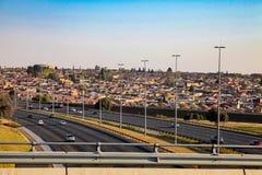 Άποψη ενός αυτοκινητόδρομου που τρέχει μέσω Soweto Νότια Αφρική Στοκ Φωτογραφίες