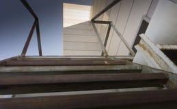 Άποψη ενός εγκαταλειμμένου τεχνικού πατώματος σε έναν ουρανοξύστη στοκ φωτογραφίες