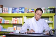 Άποψη ενός ελκυστικού φαρμακοποιού στην εργασία στοκ φωτογραφία με δικαίωμα ελεύθερης χρήσης