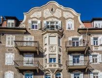 άποψη ενός ιστορικού κτηρίου στην όμορφη πόλη Merano στο νότιο Τύρολο Στοκ Φωτογραφίες
