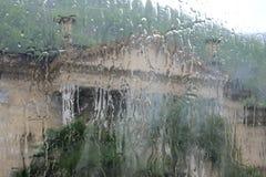 Άποψη ενός κτηρίου μέσω του υγρού γυαλιού στοκ εικόνα με δικαίωμα ελεύθερης χρήσης