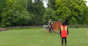 Άποψη ενός μεσαιωνικού κονταροχτυπήματος με τους ιππότες στο κοστούμι στοκ φωτογραφίες με δικαίωμα ελεύθερης χρήσης