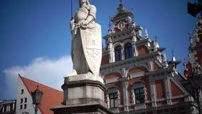 Άποψη ενός μνημείου στο Roland στο τετράγωνο Δημαρχείων ενάντια στο σπίτι υποβάθρου των σπυρακιών της Ρήγας Λετονία φιλμ μικρού μήκους