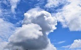 Άποψη ενός μπλε ουρανού, άσπρα σύννεφα μια ηλιόλουστη ημέρα Στοκ φωτογραφίες με δικαίωμα ελεύθερης χρήσης