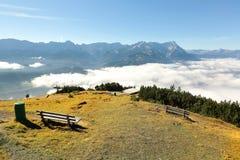 Άποψη ενός ξύλινου πάγκου που αντιμετωπίζει το όμορφο πανόραμα του βουνού Zugspitze στοκ φωτογραφία με δικαίωμα ελεύθερης χρήσης