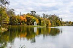 Άποψη ενός πάρκου φθινοπώρου με τα ζωηρόχρωμα φύλλα Στοκ Φωτογραφίες