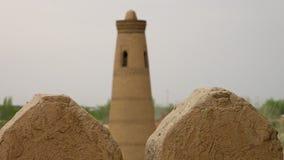 Άποψη ενός πύργου από μεταξύ δύο merlons φιλμ μικρού μήκους