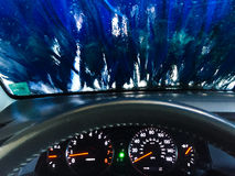 Άποψη ενός πλυσίματος αυτοκινήτων από το εσωτερικό στοκ φωτογραφία