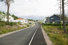 Άποψη ενός του χωριού δρόμου και ιδιωτικών σπιτιών εξοχικών σπιτιών Στοκ Φωτογραφία