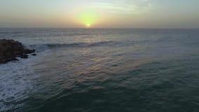 Άποψη ενός όμορφου ηλιοβασιλέματος πέρα από τον Ατλαντικό Ωκεανό στη Ναμίμπια απόθεμα βίντεο