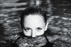 Άποψη ενός όμορφου κοριτσιού από το νερό Στοκ Φωτογραφίες