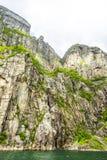 Άποψη επάνω ένας γιγαντιαίος βράχος σε Lysefjord, διάσημο ως Preikestolen Στοκ Εικόνες