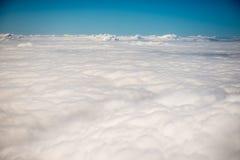 Άποψη επάνω από τα σύννεφα από ένα αεροπλάνο Στοκ εικόνα με δικαίωμα ελεύθερης χρήσης