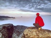 Άποψη επάνω από τα misty σύννεφα στους βράχους Φθινόπωρο Enchanted landscap στοκ εικόνα