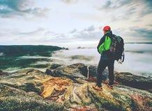 Άποψη επάνω από τα misty σύννεφα στους βράχους Φθινόπωρο Enchanted landscap στοκ εικόνες με δικαίωμα ελεύθερης χρήσης