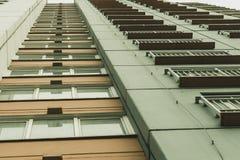 Άποψη επάνω στο σπίτι, τα παράθυρα και τα μπαλκόνια στοκ εικόνα