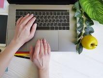 Άποψη επιτραπέζιων κορυφών εργασίας των χεριών γυναικών ` s στοκ εικόνες