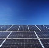 Άποψη επιτροπών των ηλιακών φωτοβολταϊκών κυττάρων Στοκ φωτογραφία με δικαίωμα ελεύθερης χρήσης