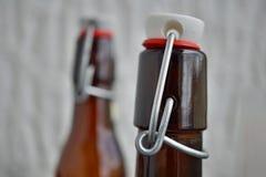 Άποψη λεπτομέρειας της ΚΑΠ μπουκαλιών μπύρας στο αναδρομικό σχέδιο φιαγμένο από μέταλλο, κεραμικό καπάκι και πλαστική σφράγιση Στοκ φωτογραφίες με δικαίωμα ελεύθερης χρήσης
