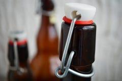 Άποψη λεπτομέρειας της ΚΑΠ μπουκαλιών μπύρας στο αναδρομικό σχέδιο φιαγμένο από μέταλλο, κεραμικό καπάκι και πλαστική σφράγιση Στοκ φωτογραφία με δικαίωμα ελεύθερης χρήσης