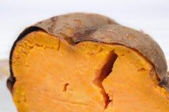 Άποψη λεπτομέρειας της ψημένης γλυκιάς πατάτας που κόβεται στο μισό Στοκ Εικόνες