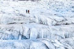 Άποψη λεπτομέρειας δύο trekkers που περπατούν στον παγετώνα, Vatnajokull Στοκ εικόνες με δικαίωμα ελεύθερης χρήσης