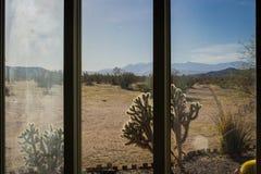 Άποψη ερήμων μέσω του παραθύρου στοκ εικόνα