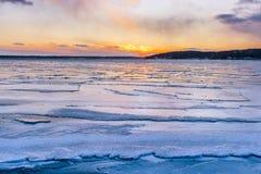 Άποψη ηλιοβασιλέματος στη λίμνη Γενεύη κατά τη διάρκεια του χειμώνα Στοκ Εικόνες