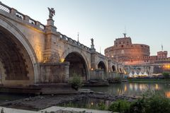 Άποψη ηλιοβασιλέματος της γέφυρας και του κάστρου ST Angelo του ST Angelo στην πόλη της Ρώμης, Ιταλία Στοκ φωτογραφίες με δικαίωμα ελεύθερης χρήσης