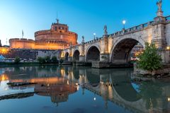 Άποψη ηλιοβασιλέματος της γέφυρας και του κάστρου ST Angelo του ST Angelo στην πόλη της Ρώμης, Ιταλία Στοκ εικόνα με δικαίωμα ελεύθερης χρήσης