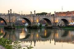 Άποψη ηλιοβασιλέματος της γέφυρας και του κάστρου ST Angelo του ST Angelo στην πόλη της Ρώμης, Ιταλία Στοκ εικόνες με δικαίωμα ελεύθερης χρήσης
