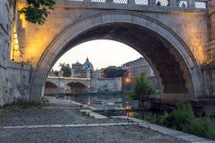 Άποψη ηλιοβασιλέματος του ποταμού Tiber, γέφυρα του ST Angelo και βασιλική του ST Peter ` s στη Ρώμη, Ιταλία Στοκ Φωτογραφίες