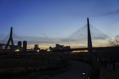 Άποψη ηλιοβασιλέματος του Leonard Π Γέφυρα Hill αποθηκών Zakim Στοκ Φωτογραφία