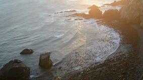 Άποψη ηλιοβασιλέματος των κυμάτων Ειρηνικών Ωκεανών στο σημείο ψηγμάτων απόθεμα βίντεο