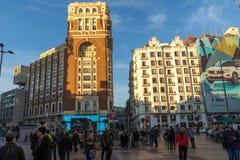Άποψη ηλιοβασιλέματος των περπατώντας ανθρώπων σε Callao Square Plaza del Callao στην πόλη της Μαδρίτης, Ισπανία Στοκ Φωτογραφίες
