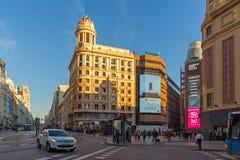 Άποψη ηλιοβασιλέματος των περπατώντας ανθρώπων σε Callao Square Plaza del Callao στην πόλη της Μαδρίτης, Ισπανία Στοκ Φωτογραφία