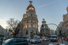 Άποψη ηλιοβασιλέματος Gran μέσω και της μητρόπολης που χτίζει τη μητρόπολη Edificio στην πόλη της Μαδρίτης, Ισπανία στοκ εικόνα με δικαίωμα ελεύθερης χρήσης