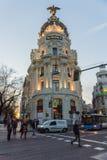 Άποψη ηλιοβασιλέματος Gran μέσω και της μητρόπολης που χτίζει τη μητρόπολη Edificio στην πόλη της Μαδρίτης, Ισπανία στοκ εικόνες