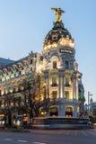 Άποψη ηλιοβασιλέματος Gran μέσω και της μητρόπολης που χτίζει τη μητρόπολη Edificio στην πόλη της Μαδρίτης, Ισπανία στοκ εικόνες με δικαίωμα ελεύθερης χρήσης