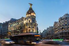 Άποψη ηλιοβασιλέματος Gran μέσω και της μητρόπολης που χτίζει τη μητρόπολη Edificio στην πόλη της Μαδρίτης, Ισπανία στοκ εικόνα