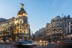 Άποψη ηλιοβασιλέματος Gran μέσω και της μητρόπολης που χτίζει τη μητρόπολη Edificio στην πόλη της Μαδρίτης, Ισπανία στοκ φωτογραφία
