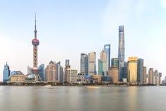 Άποψη ημέρας του φράγματος, το πιό φυσικό σημείο στη Σαγκάη με τους διασημότερους κινεζικούς ουρανοξύστες Στοκ Φωτογραφίες