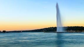 Άποψη ηλιοβασιλέματος αεριωθούμενου D'eau στη Γενεύη, Ελβετία Στοκ Φωτογραφίες
