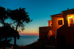 Άποψη ηλιοβασιλέματος στη θάλασσα από το ελληνικό patio σπιτιών με Στοκ φωτογραφίες με δικαίωμα ελεύθερης χρήσης