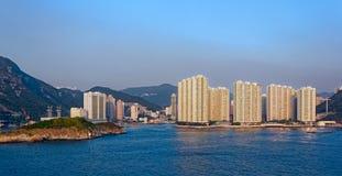 Άποψη ηλιοβασιλέματος στο κατοικημένο κτήριο διαμερισμάτων στο Χονγκ Κονγκ seaf Στοκ Εικόνες