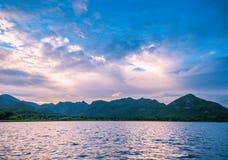 Άποψη ηλιοβασιλέματος σχετικά με τη λίμνη Στοκ εικόνα με δικαίωμα ελεύθερης χρήσης