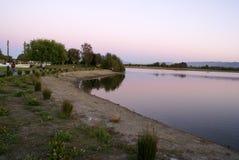 Άποψη ηλιοβασιλέματος της λίμνης πάρκων ακτών τα βράδια, θέα βουνού, Καλιφόρνια, ΗΠΑ στοκ εικόνα με δικαίωμα ελεύθερης χρήσης