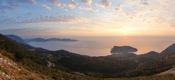 Άποψη ηλιοβασιλέματος της χερσονήσου Assos (Ελλάδα, Kefalonia) Στοκ Εικόνες